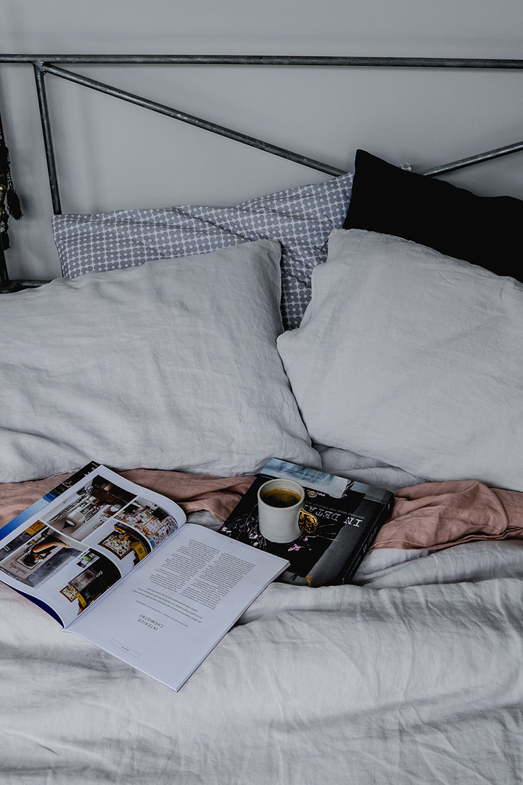 foggy grey bedlinen via perfectly imperfect living